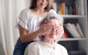 Nasveti svojcem, ki imajo doma osebe z demenco med epidemijo
